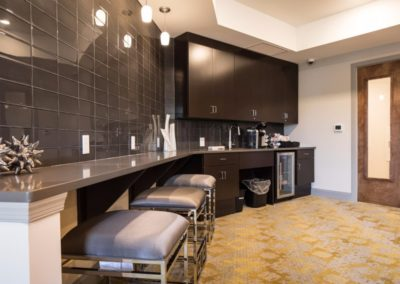 resident lounge and kitchen at Patriot Station at Chalfont apartmets.